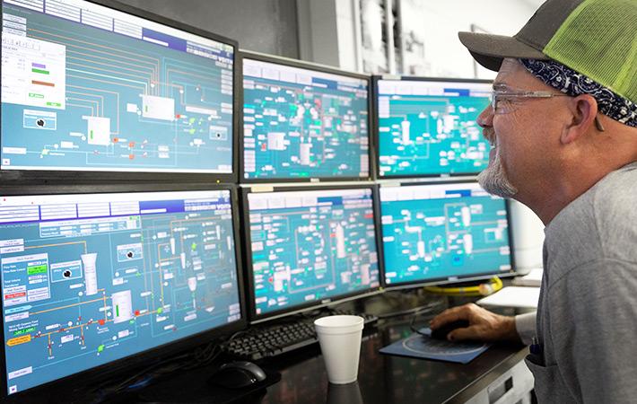Drive efficiency – Man looking at multiple screens (photo)